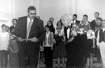 LMA rektors prof. Juris Karlsons pasniedz Goda profesora diplomu Haraldam Mednim 1995. gada 15. jūnijā